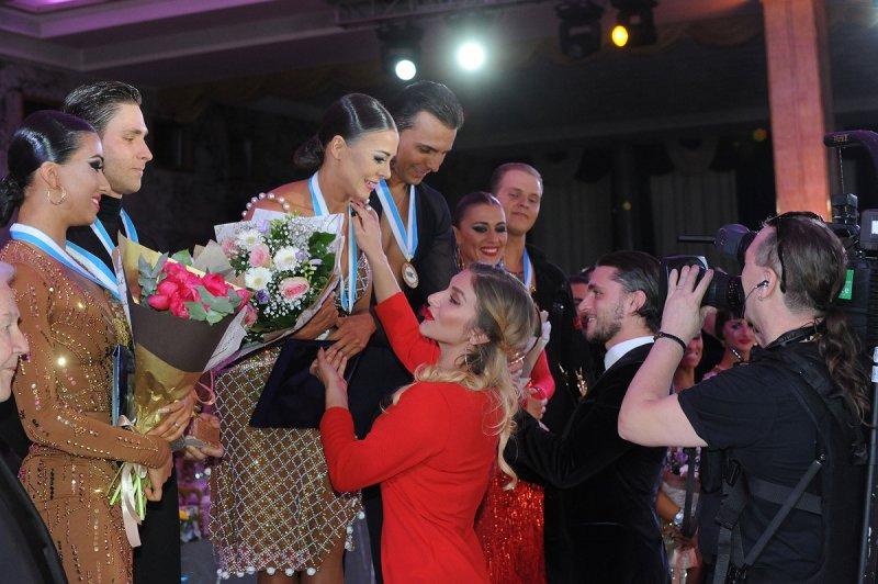 Евгений-Смагин-и-Полина-Казаченко-награждают-победителей-фото-Иван-Иванович