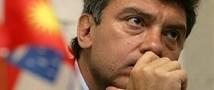 В Немцова метнули унитаз. Пострадал автомобиль