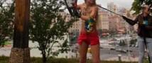 Активистка Femen, которая спилила крест в поддержку Пусси Райт, сбежала во Францию