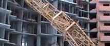 В Барнауле упал башенный кран