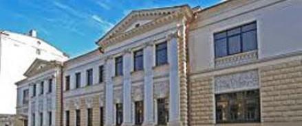 Спящий мужчина врезался в посольство Латвии