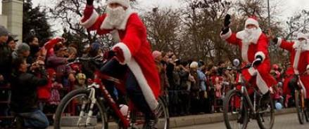 В петербургском велопробеге приняли участие 100 Дедов Морозов и Снегурочек