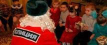 Дети получили в подарок от полицейского Деда Мороза сладости и лыжи