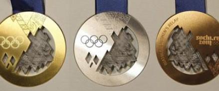 Олимпийские медали прошли краш-тест – их попробовали на зуб и обмыли шампанским