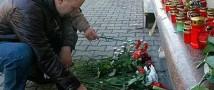 В Москве люди несут цветы к посольству Украины