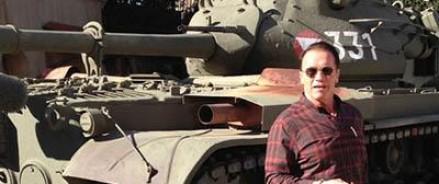 Арнольд Шварценеггер осваивает управление собственным танком