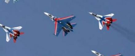 69 самолётов и вертолётов пролетели над Красной площадью в Москве