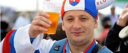 Тысячи литров пива и хоккейные эмоции  — как отдыхают в Минске на чемпионате