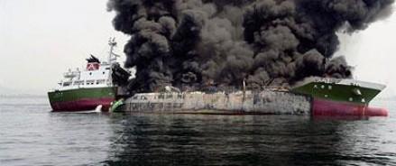 Сгоревший танкер у берегов Японии — затонул