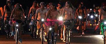 По улицам Портленда проехало несколько тысяч голых велосипедистов