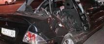 В Киеве авто пробило стену жилого дома и приземлилось на крыше микроавтобуса