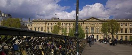 Тяжесть «замков любви» разрушила мост Искусств в Париже