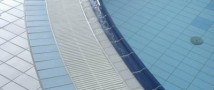 Бизнес-леди упала в бассейн, набирая на ходу SMS