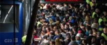 В Пекине беременная женщина упала в обморок и оказалась на рельсах перед мчащимся вагоном метро – пострадавших нет