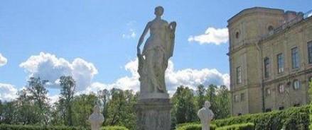 Вандалы навсегда изуродовали статую Афины в Гатчине