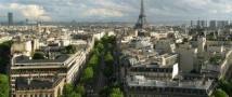 В центре Парижа появился экспонат современного искусства, задуманный как ёлка, но напоминающий гигантскую секс-игрушку