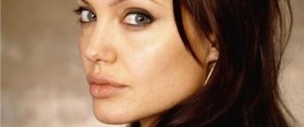 Анджелина Джоли сделала татуировку в виде прописанного сценария на груди