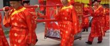 В Китае традиционная свадебная церемония собрала более 30 тысяч зрителей