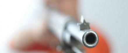 В Омске неизвестный начал стрелять по прохожим из окна квартиры