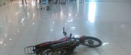 В Екатеринбурге пьяный байкер въехал в аэропорт через стекло здания