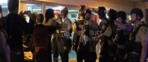 В Фергюсоне протестующие кидают в правоохранителей камнями и бутылками с водой