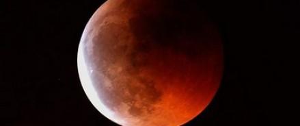 «Кровавая суперлуна» зависла над Землей