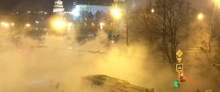 Троллейбус провалился в яму рядом с Кремлем