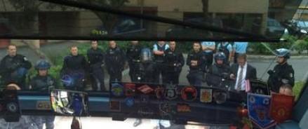 Российские болельщики ждут консула в закрытом автобусе — на территории полицейского участка