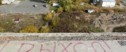 Доведенная до отчаянья девочка прыгнула с крыши пятиэтажки