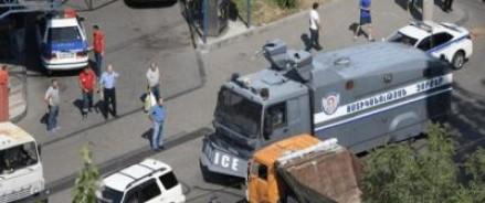 В Ереване группы специального назначения начали операцию по освобождению захваченных полицейских