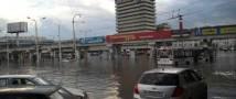Сильный ливень и шквальный ветер стали причиной несчастий в Ростове-на-Дону. Погибла девушка, 7 человек пострадали (видео)
