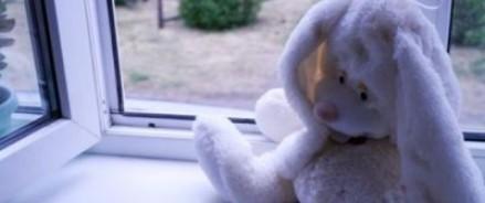 В Екатеринбурге выпавшая из окна восьмого этажа четырехлетняя девочка чудом осталась жива