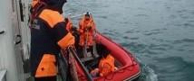 Водолазы обнаружили место большого скопления обломков и спасательные жилеты, которые были заранее приготовлены пассажирами самолета