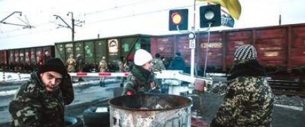 Активисты в Украине возводят баррикады на железной дороге, ведущей в Россию