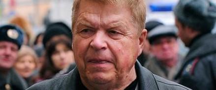 Популярный в прошлом актер Михаил Кокшенов вернулся из больницы домой