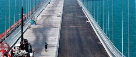 На последних участках Крымского моста начали укладку асфальта