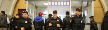В московском метро неизвестный взял в заложницы женщину
