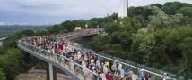 Вандалы повредили новый стеклянный мост в Киеве
