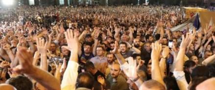 Грузия: тысячи протестующих возле парламента из-за выступления российского депутата