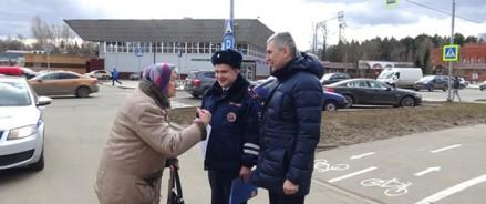 Сотрудники Госавтоинспекции Новой Москвы напомнили гражданам пожилого возраста о правилах дорожного движения