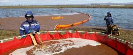 Разлив арктической нефти загрязняет большое озеро под Норильском