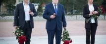 Сергей Миронов в час начала войны зажег свечу памяти и возложил цветы к Памятнику Подольским курсантам