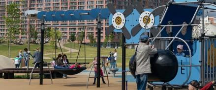 Аэропланы, водокачки, нефтевышки: самые необычные детские площадки Москвы