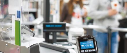 Для поддержки россиян с низкими доходами пора вводить продуктовые банковские карточки