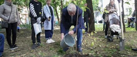 Сергей Миронов посадил черёмуху и яблоню
