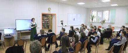 Библиотеке Московского зоопарка передали уникальную детскую книжку