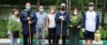 Московские активисты ОНФ совместно с членами АПИК высадили цветы около социальных учреждений