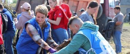Волонтеры «Чистой Арктики» убрали территорию Новодвинской крепости в Архангельске