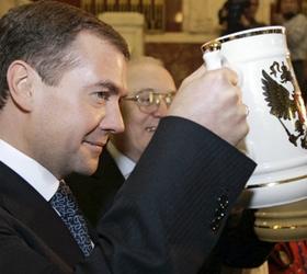Медведев ужесточил условия продажи пива и приравнял его к алкоголю