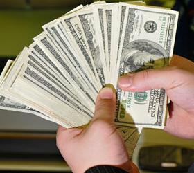 Как реагируют россияне на колебания курса доллара?